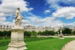 在巴黎雕塑tuileries附近的庭院天窗 免版税库存照片