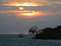 在巽他海峡的日落 免版税库存照片