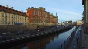 在市中心日落的斯德哥尔摩瑞典街市地平线与交通的 股票录像