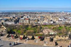 在市中心的看法,海湾,公主街道从事园艺和爱丁堡市的街道从城堡的 库存图片