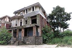 在市内贫民区街道上的空置被放弃的空的议院 库存图片