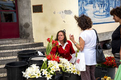 在市场、梅尔卡多dos Lavradores或工作者的市场的之外Flowerseller 免版税库存照片