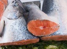 在市场上暴露的鱼 库存图片