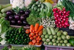 在市场上的不同的新鲜蔬菜 免版税库存图片