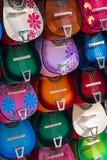在市场上的五颜六色的尤克里里琴 免版税库存图片