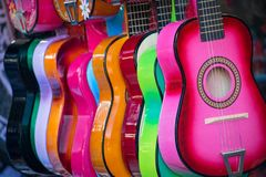 在市场上的五颜六色的尤克里里琴 库存图片