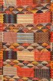 在市场上的五颜六色的摩洛哥地毯 免版税图库摄影