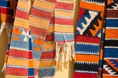 在市场上的五颜六色的摩洛哥地毯 库存照片
