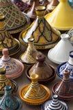 在市场上的五颜六色的摩洛哥瓦器 免版税库存图片