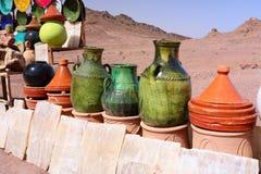 在市场上的传统摩洛哥瓦器 免版税库存图片