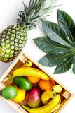 在市场上的出售friuts 香蕉、桔子、芒果在箱子和菠萝在白色背景顶视图 免版税图库摄影