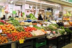在市场上的各种各样的新鲜蔬菜 免版税库存照片