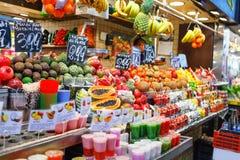 在市场上的塑料杯子和热带水果安排的水果沙拉失去作用 库存图片