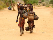 在市场上的当地人在图尔米,埃塞俄比亚村庄  库存照片