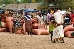在市场上的当地人在孔索,埃塞俄比亚镇  图库摄影