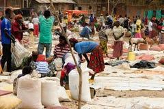 在市场上的当地人在孔索,埃塞俄比亚镇  免版税图库摄影