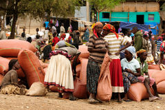 在市场上的当地人在孔索,埃塞俄比亚镇  库存照片