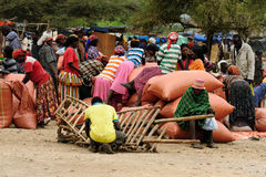 在市场上的当地人在孔索,埃塞俄比亚镇  库存图片