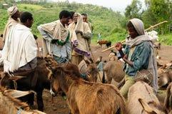 在市场上的当地人在拉利贝拉,埃塞俄比亚镇  免版税库存照片