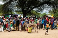 在市场上的当地人在金卡,埃塞俄比亚镇  免版税库存照片