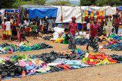 在市场上的当地人在金卡,埃塞俄比亚镇  库存照片