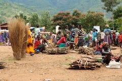 在市场上的当地人在金卡,埃塞俄比亚镇  免版税库存图片