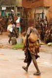 在市场上的当地人在Dimeka,埃塞俄比亚村庄  库存照片