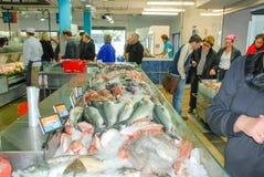 在市场上的新鲜的冻鱼 免版税库存照片