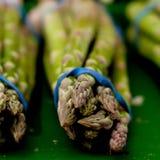 在市场上的新鲜的季节性芦笋 库存图片