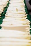 在市场上的新鲜的季节性芦笋 免版税图库摄影