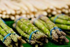 在市场上的新鲜的季节性芦笋 免版税库存照片