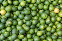 在市场上的新鲜的石灰果子 图库摄影