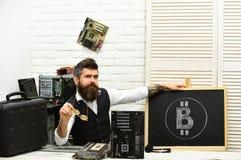 在市场上的最佳的提供者 与计算机电路的有胡子的商人bitcoin开采的 有胡子的人bitcoiner 库存图片