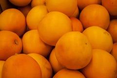 在市场上的桔子在箱子 免版税库存照片
