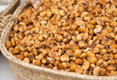 在市场上的油煎的玉米种子 库存照片
