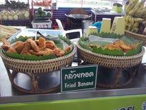 在市场上的油煎的香蕉在泰国 库存图片
