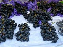 在市场上的深蓝葡萄 免版税库存照片