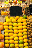 在市场上的热带水果 免版税库存图片