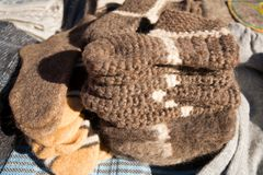 在市场上的羊毛手工制造袜子待售 库存照片