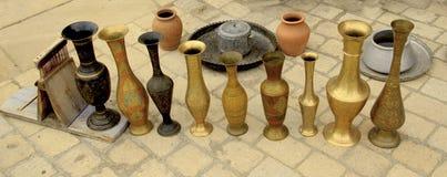 在市场上的老东方花瓶 逆旋风 库存照片
