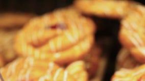 在市场上的被烘烤的小圆面包在陈列室 变动焦点 股票视频
