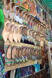 在市场上的鞋子在Arpora,北部果阿,印度 免版税图库摄影