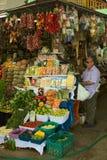 在市场上的水果和蔬菜立场在利马,秘鲁 库存照片