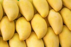 在市场上的黄色芒果 免版税库存图片