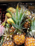 在市场上的黄色pineaples 免版税库存照片