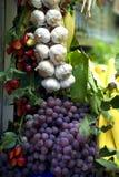在市场停转的水果和蔬菜 库存照片