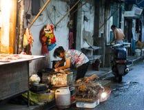 在市场拣掉内的中国上海摊贩。 免版税库存照片
