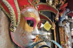 在市场摊位的五颜六色的威尼斯式狂欢节面具 图库摄影