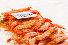 在市场摊位的冷冻虾 免版税图库摄影