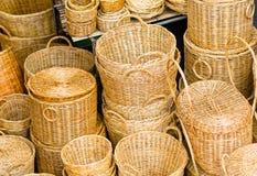 在市场摊位的手工制造柳条筐 库存照片